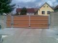 Dvoukřídlová brána s plastovými plaňkami ( oblouková krytky )